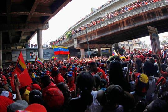 Una multitud acompaña el cortejo fúnebre y llora al presidente fallecido ayer, tras un prolongado tratamiento contra el cáncer. Foto: Reuters