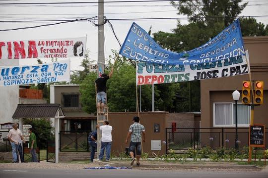 """Juan Luna, del Movimiento Evita local, aseguró que quieren """"estar cerca"""" de la Presidenta si sale a saludar. Foto: LA NACION / Fernando Massobrio"""