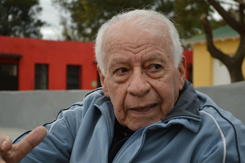 Osvaldo Suárez, en el Parque Domínico compartiendo una charla con LNCorre