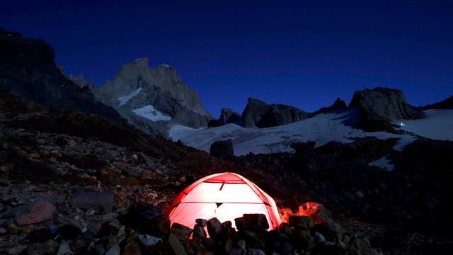 Vista nocturna del campamento Piedra Negra