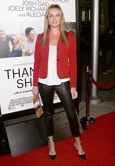 Rebecca Romijn, súper canchera: jeggings de cuero, blusa blanca y saco rojo. ¿Lo mejor? ¡Sus zapatos!. Foto: AFP