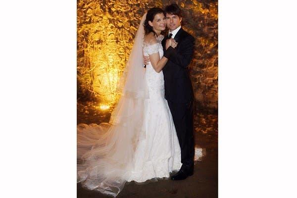 Envuelta en un vestido de Armani, Katie Holmes dio el sí ante Tom Cruise, en 2006. Con un vestido bordado, con detalles en cristales Swarovski y un velo de tul color marfil vivió el sueño de casarse. Foto: In style