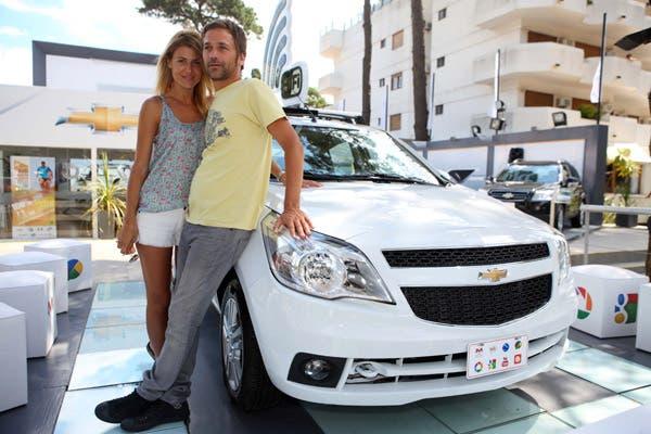 Súper relajados, Eugenia Tobal y Nicolás Pauls en el stand de Chevrolet de Pinamar. Foto: Gentileza GM Comunicaciones