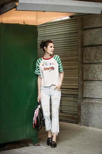 Remera de algodón (Ay Not Dead), jeans (De La Ostia), mocasines sin talón (A pie), mochila de cuero (Besha). Foto: Nicolás Faig