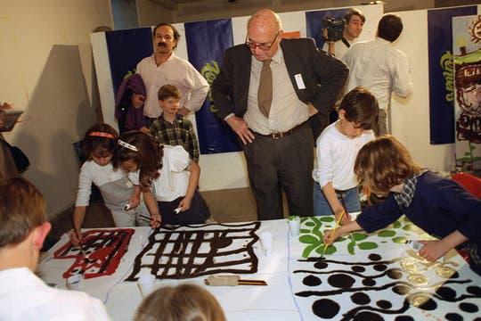 Pintando con los chicos y otros artistas en el Centro Cultural Recoleta, 1999. Foto: Archivo