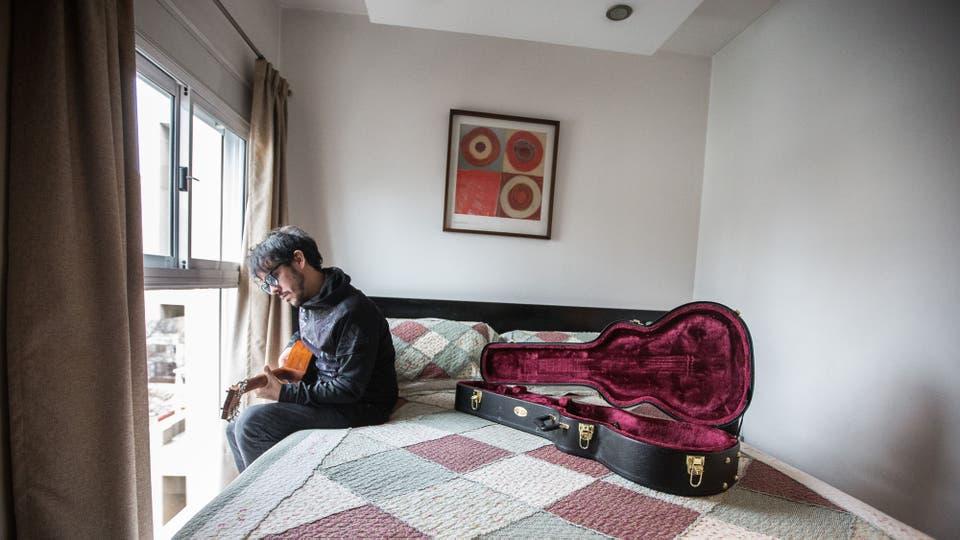 Lisandro Aristimuño, en la habitación del hotel en la ciudad de La Plata, lugar que eligió para cerrar su gira. Foto: LA NACION / Ignacio Sánchez