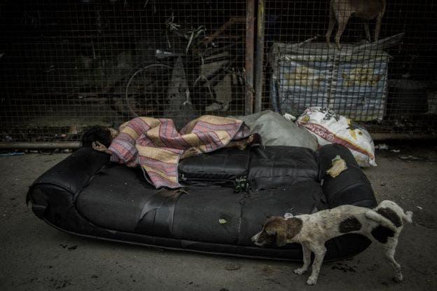 Una muchacha duerme en las calles de Parola Tondo, Manila