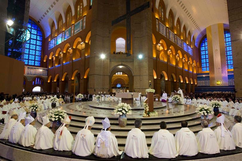 Tras ingresar al templo, el Papa se inclinó ante la imagen de la Virgen de Aparecida. Foto: AP