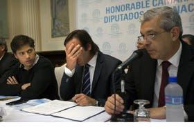 Lorenzino parece sufrir con los números que presentó ayer; lo flanquean Kicillof y Julián Domínguez