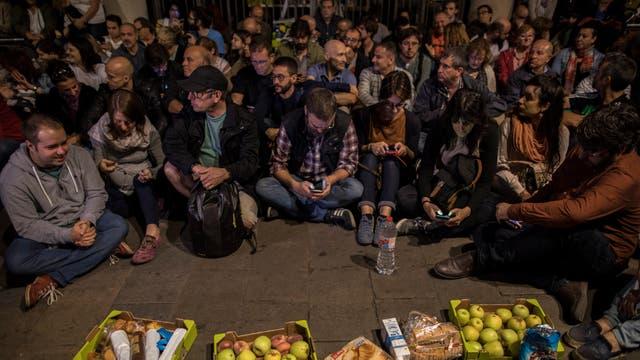 Cientos de personas salieron a las calles antes de la apertura de los centros de votación, en Barcelona. Foto: AP