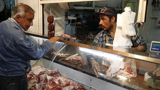 En el mismo mercado, lo cortes se exhiben en heladeras vidriadas
