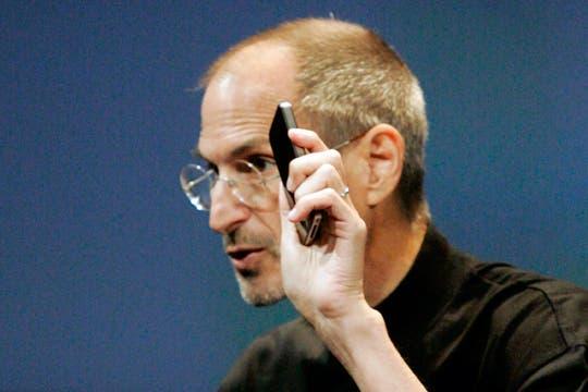 Miren como lo tengo. Steve Jobs muestra un iPhone 4, y sin funda. Foto: Reuters