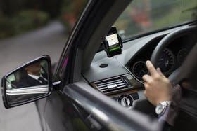 Uber es un servicio que cuenta con particulares que se ofrecen como choferes en una aplicación móvil en tiempo real