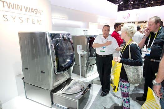 LG atrajo todas las miradas con su lavarropas de doble tambor, uno dedicado para la ropa delicada. Foto: Reuters