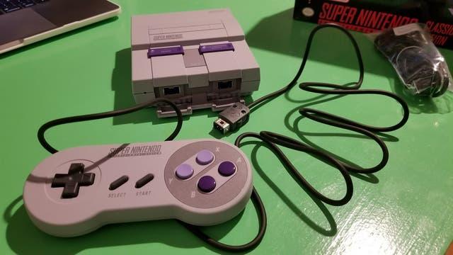 La nueva Super Nintendo Classic Edition cuenta con dos controles de mando desmontables con cables más largos