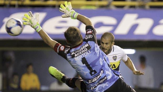 El único acierto de Boca en toda la noche: Benedetto conecta de cabeza un centro y marca el gol