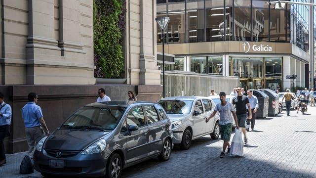 En Reconquista al 200, hay autos oficiales detenidos en la calle