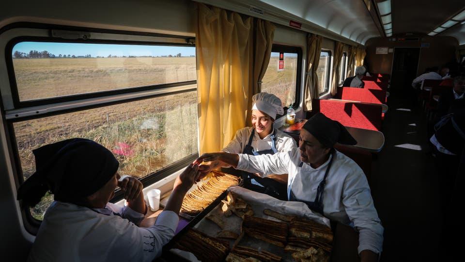 Después de casi 2 años volvió el servicio de tren que une la Ciudad de Buenos Aires con Mar del Plata. Foto: LA NACION / Santiago Hafford