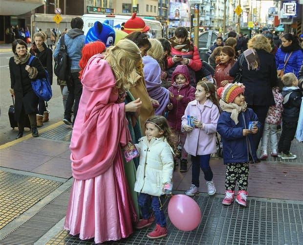 """Las """"princesas"""" salieron a la calle para atraer la atención de los niños"""