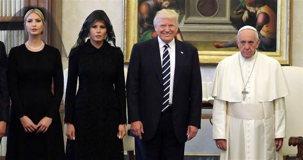 Ivanka, Melania, Trump y el Papa, ayer en la biblioteca apostólica