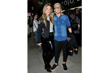 Rodrigo Noya junto a su novia, románticos en el evento