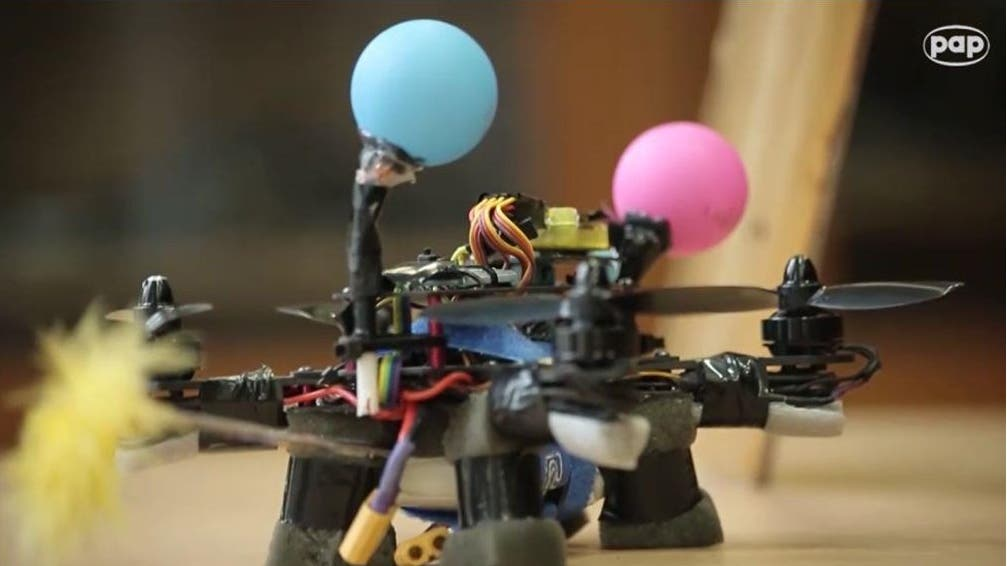 Crean la primera abeja robótica que poliniza como una real