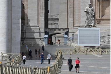 La gente camina por la Plaza de San Pedro el 20 de mayo de 2020 en el Vaticano, luego de que reabrió sus puertas luego de un bloqueo destinado a frenar la propagación de la infección COVID-19
