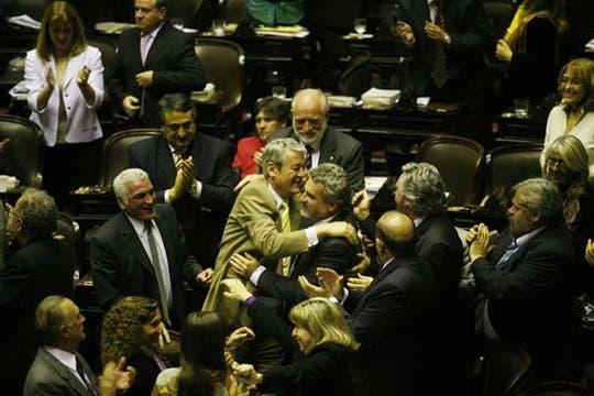 El oficialismo festeja el triunfo con 146 votos a favor. Foto: LA NACION / Fabián Marelli
