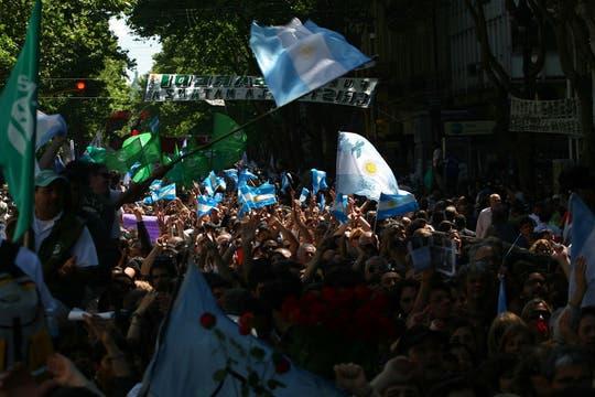 Miles de personas se acercaron a la Plaza de Mayo para despedir al ex mandatario argentino, Néstor Kirchner, innumerables muestras de afecto y dolor. Foto: LA NACION / Aníbal Greco