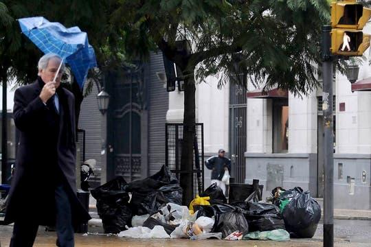 Mientras tanto la basura sigue acumulándose en la ciudad. Foto: DyN