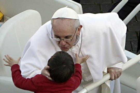 Francisco saludó a varios niños mientras se dirigía a la Basílica de San Pedro. Foto: AP