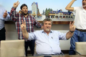 Goye minutos despúes de ser suspendido por el Concejo Municipal en enero, canta la marcha peronista