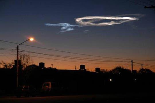 Una bola de fuego tiñó el cielo durante la noche y provocó temor y desconcierto entre sus habitantes. Foto: @leloup0007