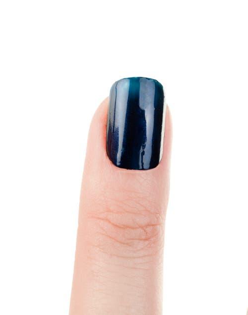 Pintar las uñas con esmalte azul. Dejar secar.