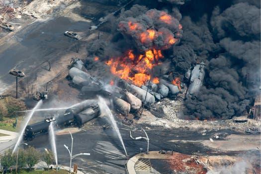 La explosión del petróleo incendió las viviendas cercanas a las vías. Foto: AP