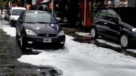 No es nieve, ni es Bariloche; la imagen fue tomada ayer a la tarde en la avenida Belgrano, de Bernal