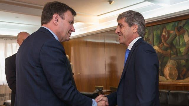Luis Caputo junto a Greg Hands, ministro de Comercio inglés