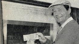 El actor inglés Reg Varney retiró el primer billete