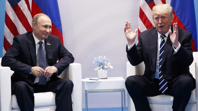 """El presidente estadounidense lució relajado y dijo que era """"un honor"""" conocer a Putin"""