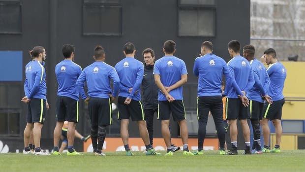 Guillermo dialoga con el plantel de Boca