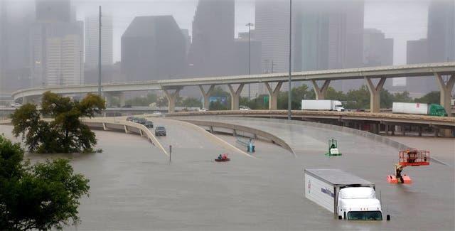 Una de las autopistas que rodean Houston quedó tapada por aguas tras el paso del huracán Harvey