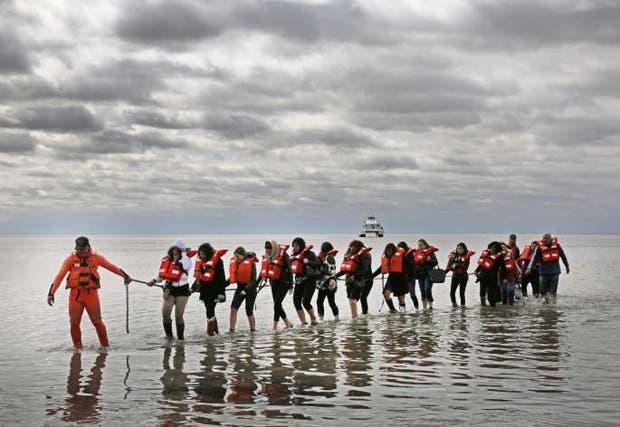 Rescatan a 123 maestros de catamarán en el Río de la Plata