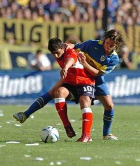 Gago mejoró mucho en el segundo tiempo; lo marca Agüero, que terminó anulado por la presión de Boca