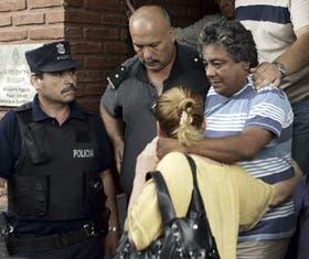 El albañil Luis Gerez, saliendo de la fiscalía junto con su mujer, un día después de su aparición