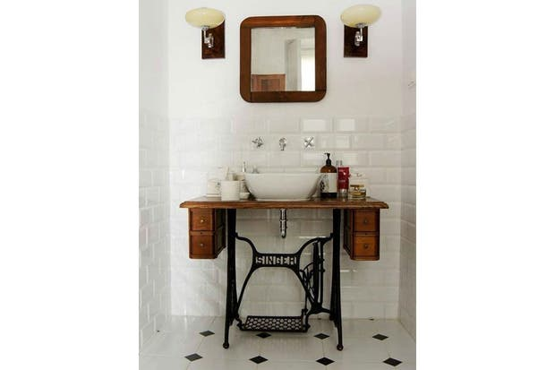 Estos muebles fueron restaurados y reacondicionados para funcionar como vanitorys con un estilo personal.  /Decoralia.es