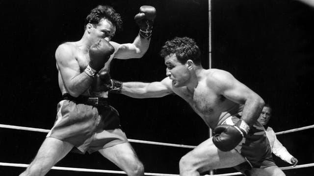 Jake LaMotta, a la derecha, luchando contra Marcel Cerdan en el Briggs Stadium en Detroit, Michigan