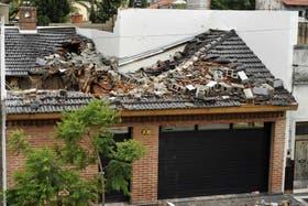 La caída de una medianera produjo graves daños en una vivienda, en Gerli