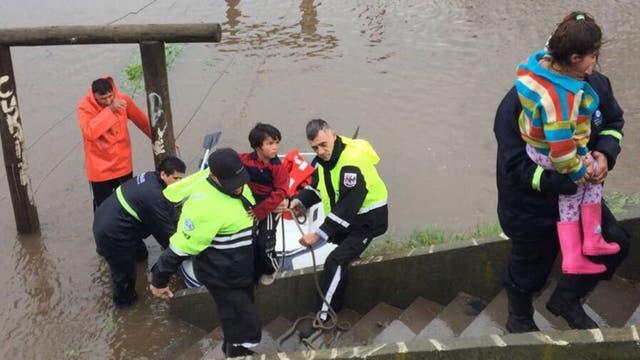 Rescate de gente inundada en Pilar, Barrio Rio Luján