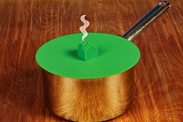 ¿Qué tal esta tapa de cacerola con diseño de casita? No es algo ultra necesario en la cocina pero queda linda, no?. Foto: Bemlegaus.com