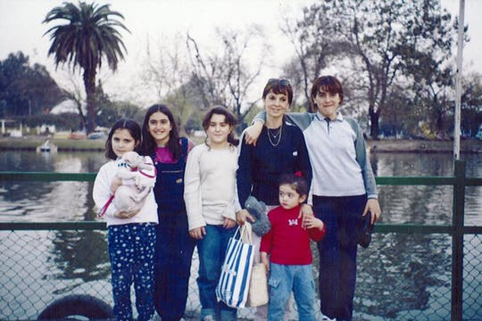 Susana, Micaela y Marita con sus primas en el Lago San Miguel, en Tucumán. Foto: Facebook / Susana Trimarco